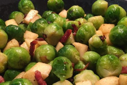 spruitjes recept met appel, spek en ui