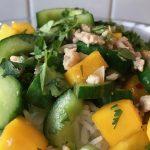 Snel aan tafel met dit roerbak recept met komkommer, mango en kipgehakt