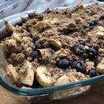Baked oats met appel, banaan en blauwe bessen