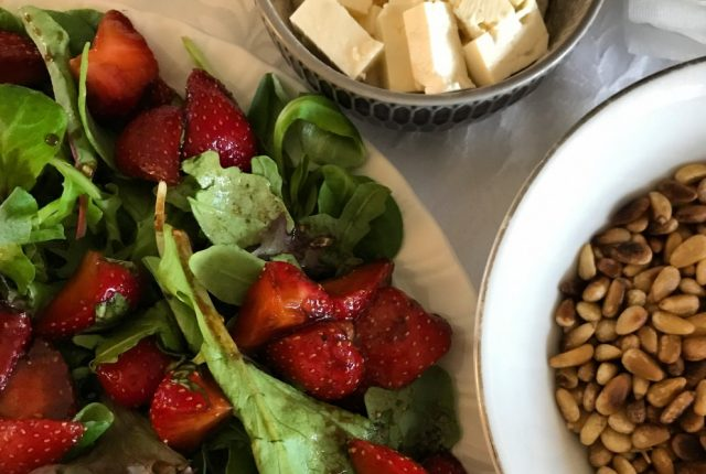 Salade met gemarineerde aardbeien