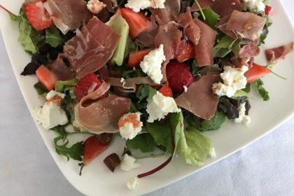 zomerse maaltijdsalade met aardbeien en serranoham
