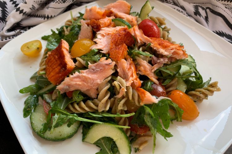 pastasalade met warm gerookte zalm recept