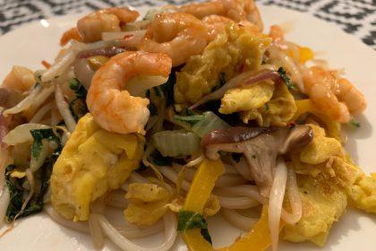 Noodles met garnalen, roerbakgroenten en ei foto