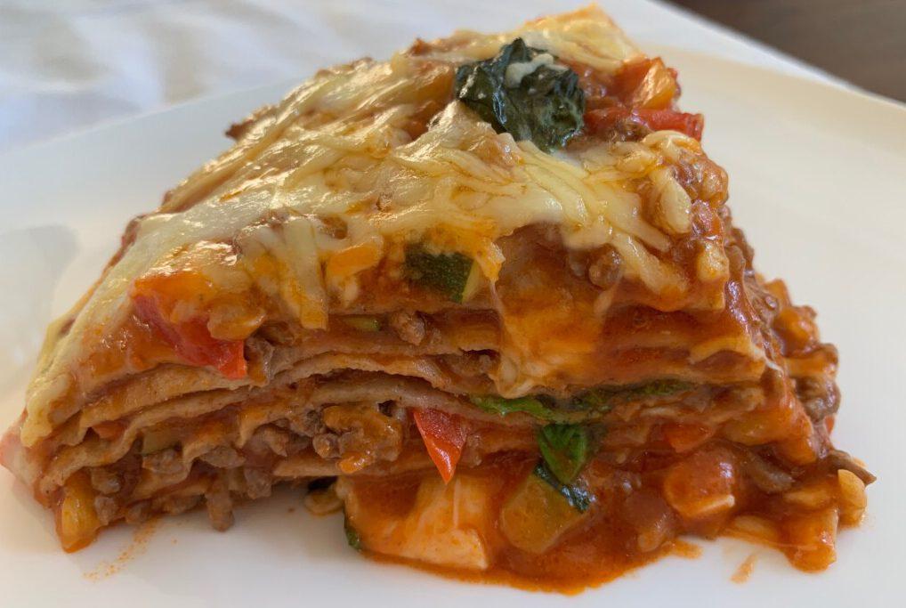 Italiaanse laagjestaart met volkoren tortilla's foto