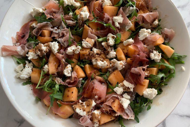 Salade met meloen, serranoham en geitenkaas foto