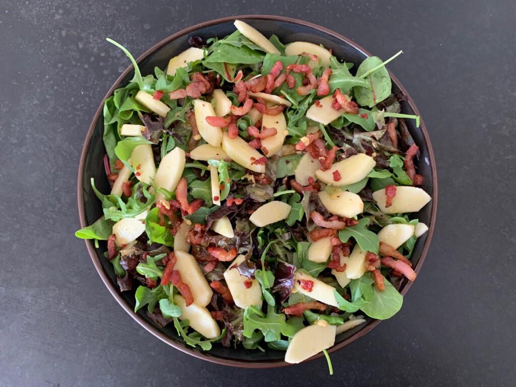 groene salade met appel, spek en sjalot foto