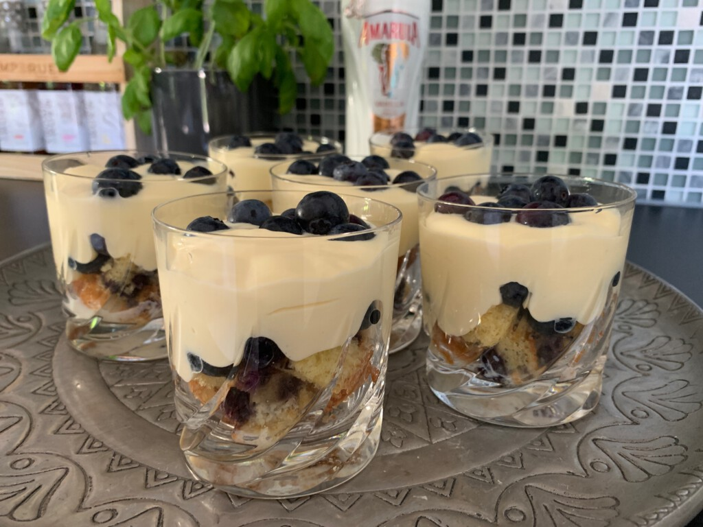 Blueberry cake trifle met vanillroom en Amarula foto