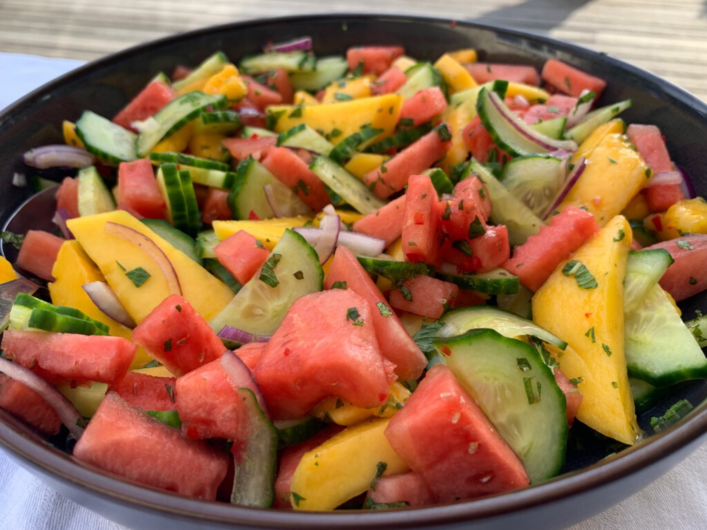 Salade van watermeloen met mango, komkommer en munt foto
