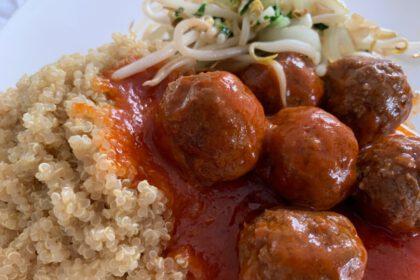 Quinoa met gehaktballetjes in tomatensaus fotoQuinoa met gehaktballetjes in tomatensaus foto