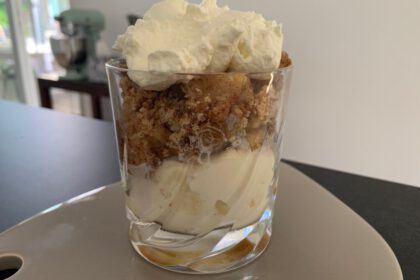 apple crumble toetje in een glas foto