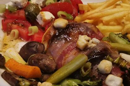 kip uit de oven met pesto, spek en geitenkaas foto