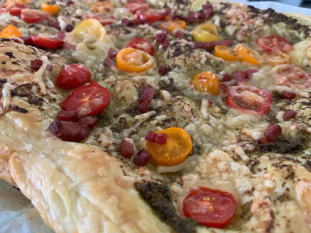 Hartige plaattaart met tomaatjes, pesto en spek foto
