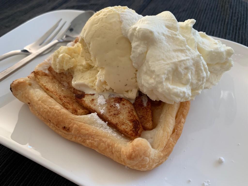 snelle appeltaartjes met ijs en slagroom