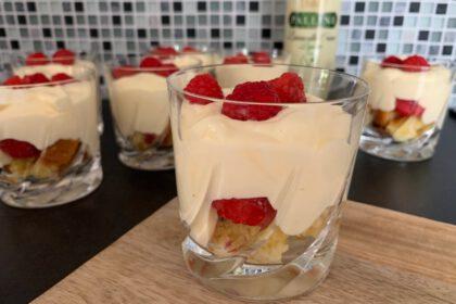 trifle met frambozencake en limoncello foto