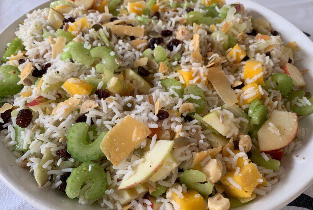 Rijstsalade met noten, mango, appel en kaas foto