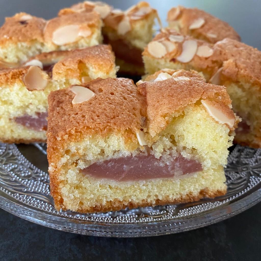 cake met stoofperen gesneden