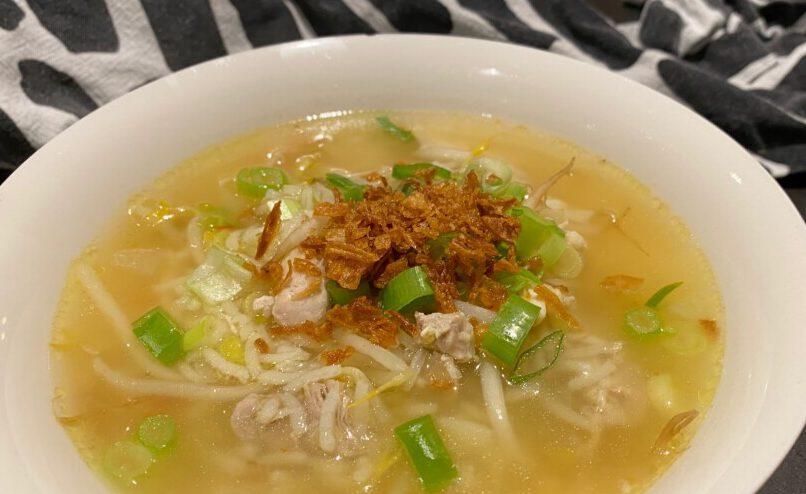 oosterse kippensoep met rijst en tauge foto