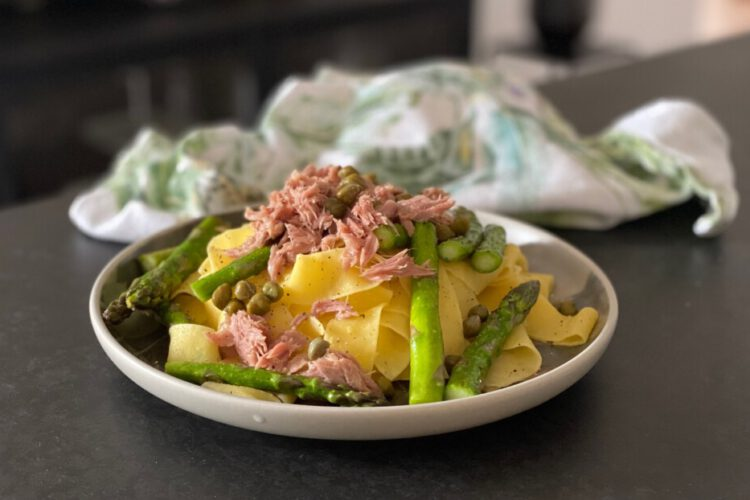 pappardelle met tonijn, groene asperges en citroen
