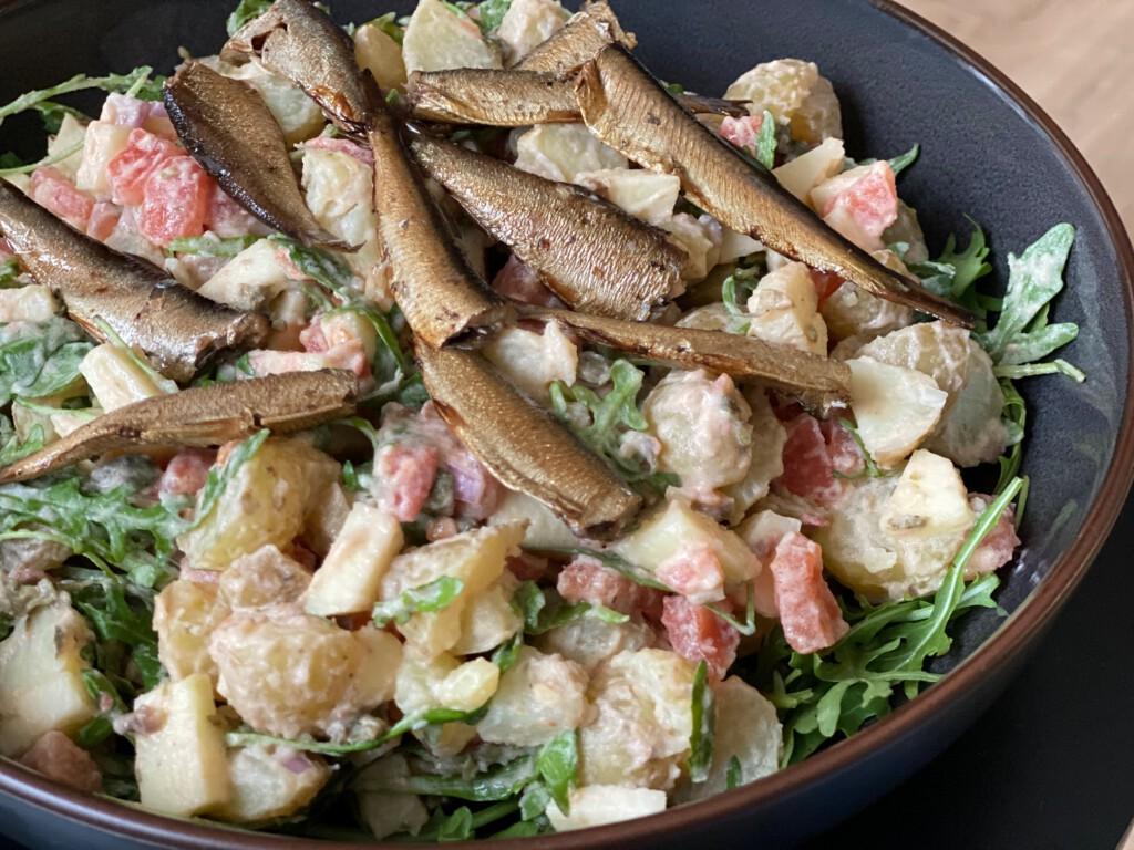 aardappelsalade met gerookte sardientjes foto