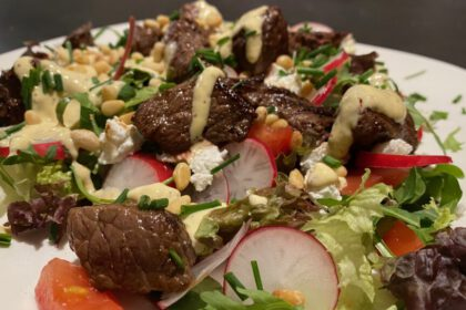 salade met biefstukpuntjes foto