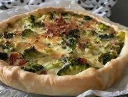 hartige taart met broccoli, prei en spek foto