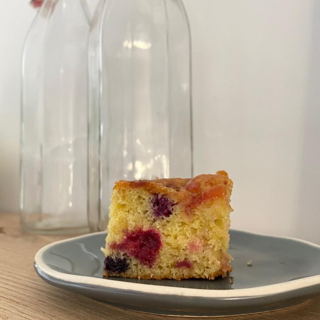 Bosvruchtencake met een swirl van aardbeienjam gesneden