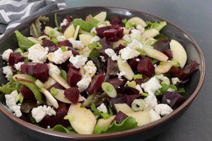 Salade met bietjes, geitenkaas en pijnboompitten foto