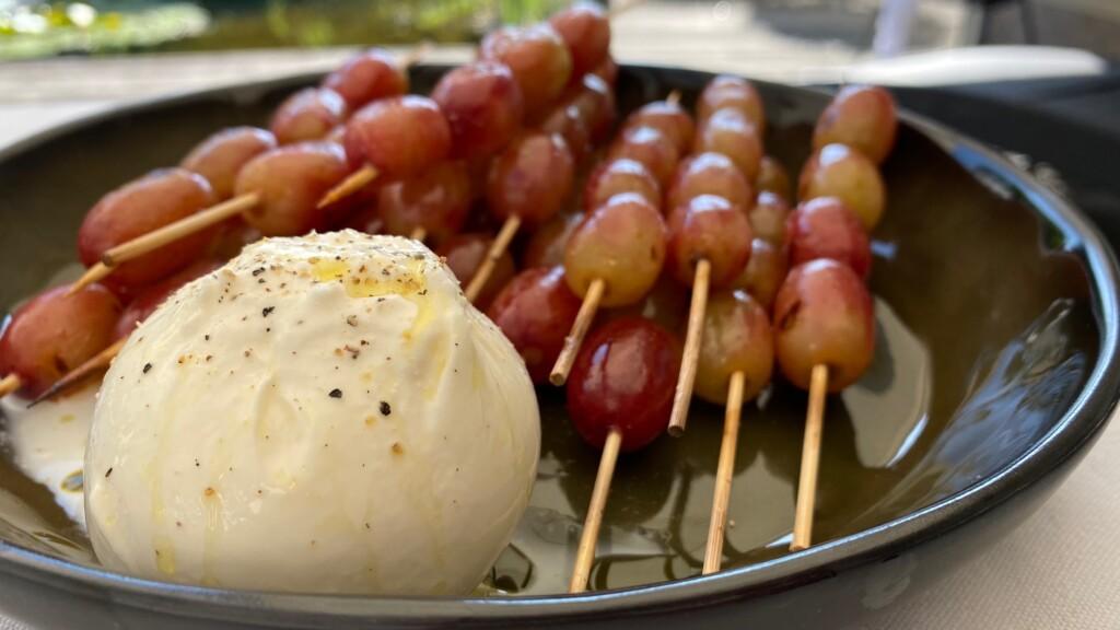 gemarineerde druiven met burrata foto