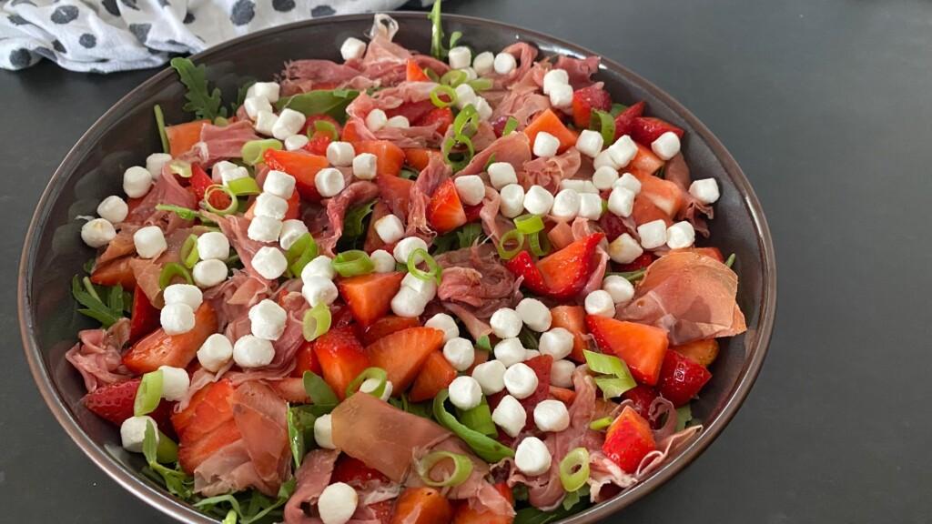 Salade met geitenkaas, aardbeien en serranoham foto