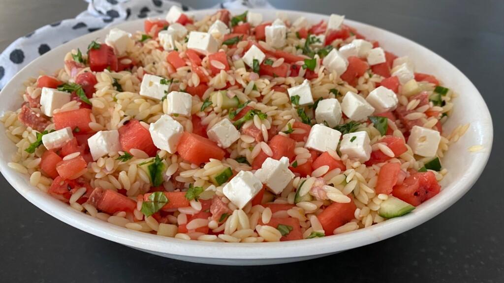 Maaltijdsalade met orzo, watermeloen en feta foto