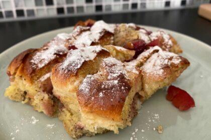 Broodpudding van brioche en pruimen foto