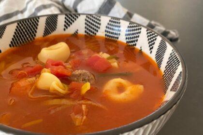 Tomatensoep met tortellini en balletjes foto
